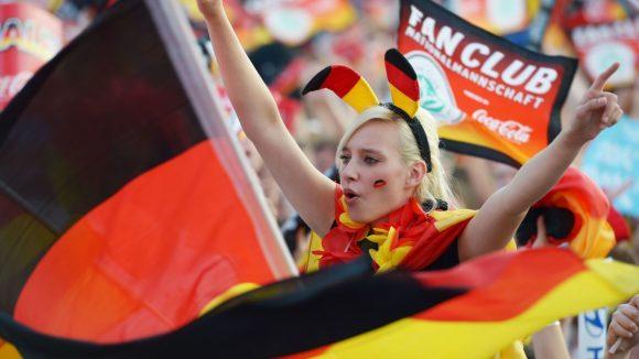 Ein weiblicher Fußballfan hat sich für die Fanmeile am Brandenburger Tor 2012 in schwarz-rot-gold geschmückt.