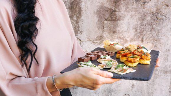 Kleine, feine Häppchen vom Cateringservice gibt es in Berlin in allen Geschmacksrichtungen. Such' dir eine aus!