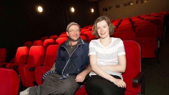 """Die roten Sessel stehen bereit. Regisseur Patrick Banush und Nora Kasparick von der """"DaWanda Snuggery"""" laden ins frühere Charlottenburger Kino """"Klick"""" ein."""