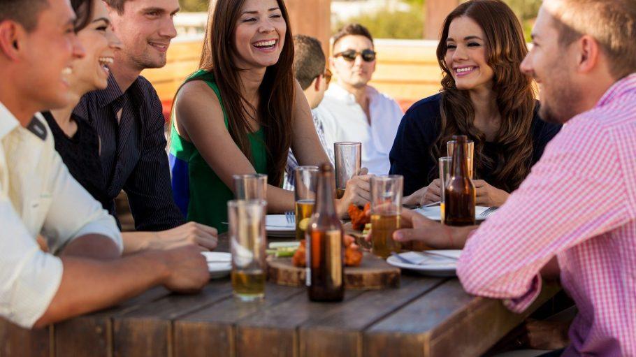 MealUp will dir dabei helfen, neue Leute kennenzulernen und gemeinsam nett zu essen.