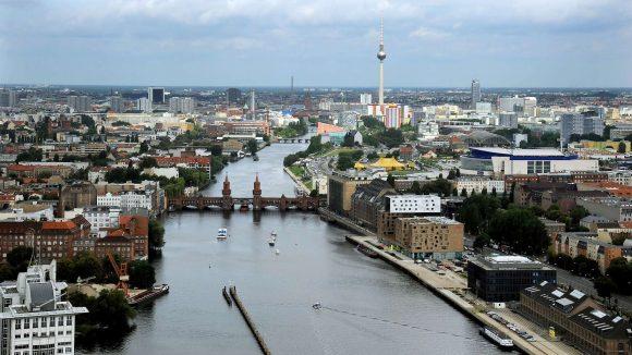 Gefragte Wohn- und Geschäftslage: Ein Blick von Osten auf die Oberbaumbrücke.