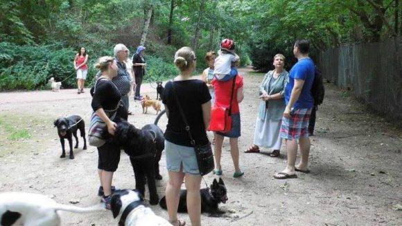 Bezirksstadträtin Sabine Smentek (2.v.r.) hat dem Projekt Hundegarten Moabit schon ihren Segen gegeben.