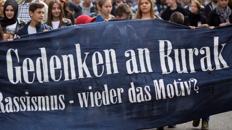 Menschen sollen Burak Bektas und weiteren ungeklärten Morden in Berlin in Zukunft nicht nur mit Plakaten auf der Straße, sondern auch an einem festen Ort gedenken können.