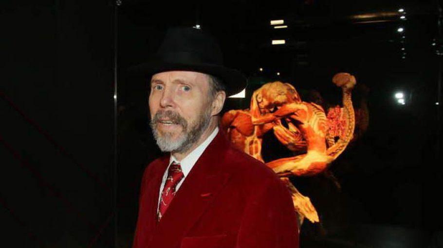Der knapp 70-jährige Gunther von Hagens vor einer seiner berühmten Plastinate.