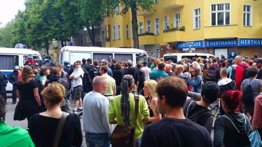 Schon den ganzen Donnerstagmorgen protestieren Unterstützer gegen die Räumung der Friedel54.