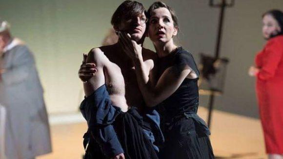Die Tatort-Kommissare kannst du nicht nur wöchentlich im TV erleben. Sie treten auch auf Berlins Bühnen auf, wie Meret Becker im Berliner Ensemble.