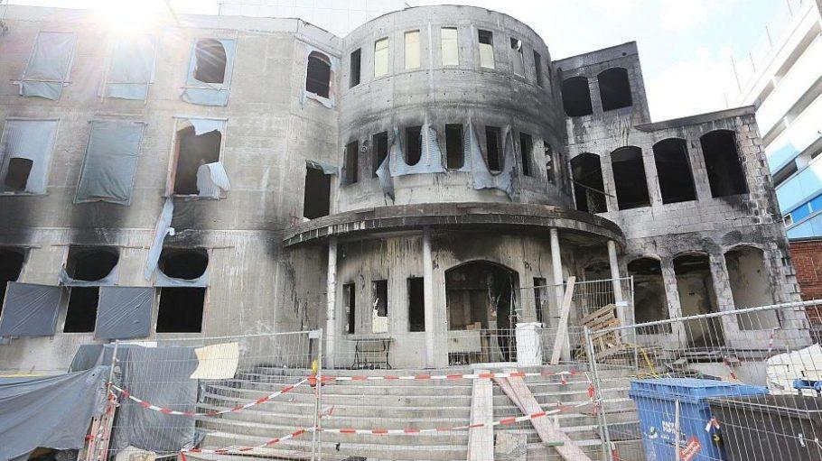 Die ausgebrannte Fassade der Mevlana-Moschee Ende August - dreieinhalb Monate vor dem Feuer waren vor dem Gotteshaus zwei Stolpersteine gestohlen worden.