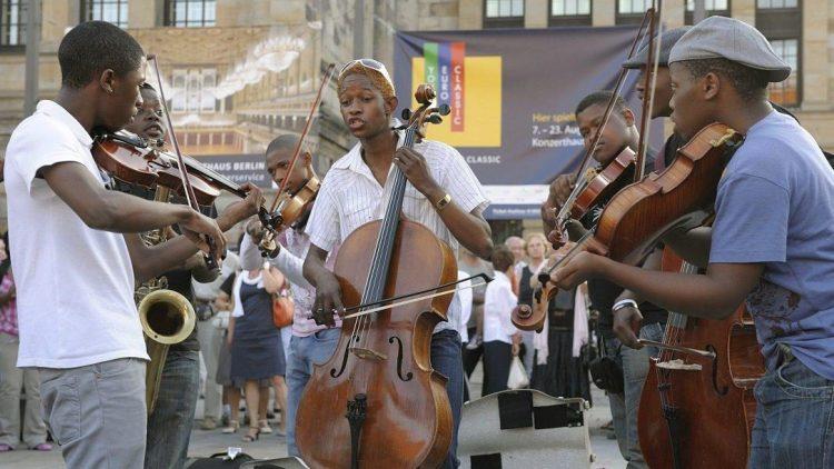 """Vor dem Konzerthaus Berlin am Gendarmenmarkt musizieren die Streicher des Orchesters """"Miagi"""""""