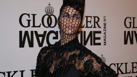Von der Kleidung her ging es bei der Präsentation des Magazines weniger gediegen zu. Das Model Micaela Schäfer zog sich eine Art Orangennetz in schwarz über den Kopf und wirkte so etwas gefangen in ihrem Outfit.