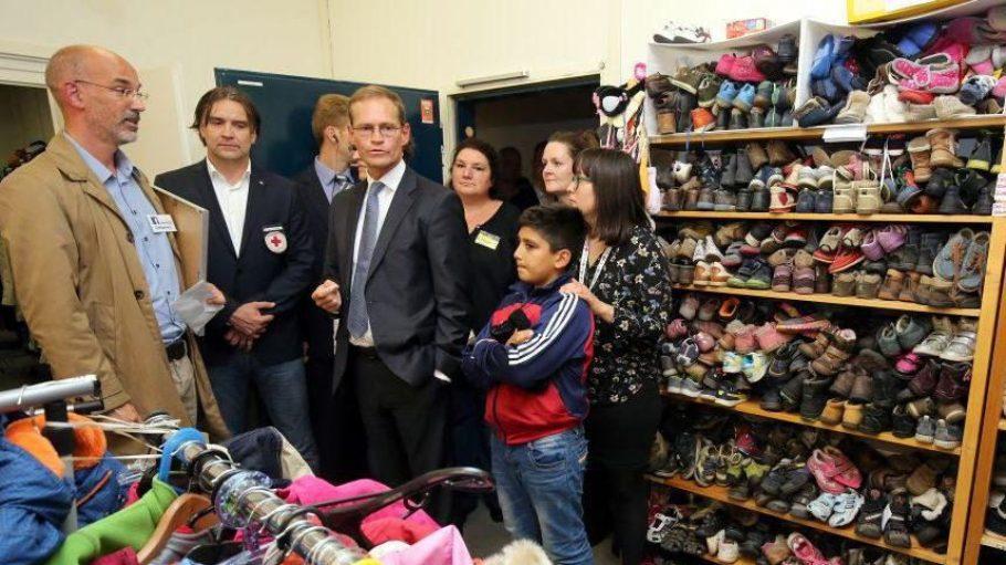Auch der regierende Bürgermeister Michael Müller hat sich die Notunterkunft Karlshorst schon angesehen. Bei so vielen Schuhen im Regal muss alles seine Ordnung haben.