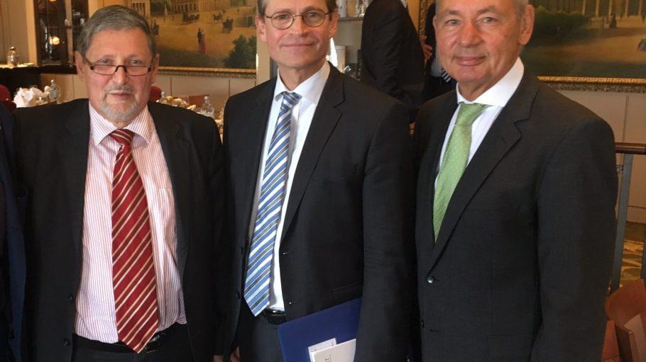 Michael Müller (M.) war der Stargast beim Frühstücksgespräch im Berlin Capital Club. Neben ihm Geschäftsführer Prof. Dr. Dieter Flämig (l.) und Ulrich Arndt von INFRANEU.