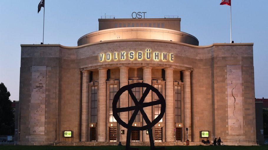 """Die Volksbühne hat jetzt einen eigenen Shop namens """"Books"""", viele interessante Theaterstücke und wird 100."""