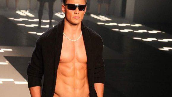 Und das trägt Er - zumindest, wenn er so einen Oberkörper hat.