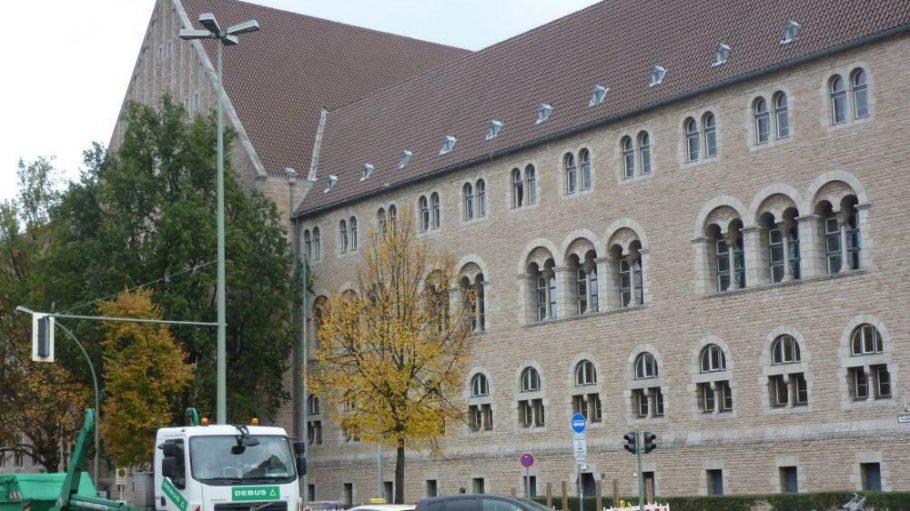 Das Berliner Landgericht liegt im Tegeler Weg auf Kalowswerder.