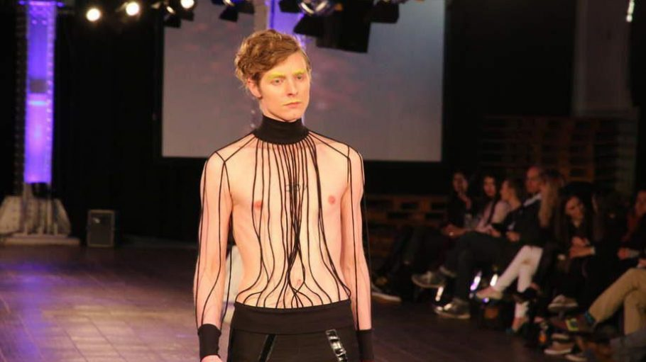 """Durchsichtige Stoffe und sexy Schnitte bestimmen die Kollektion """"Neon In Black"""" von Emilie Svenson."""