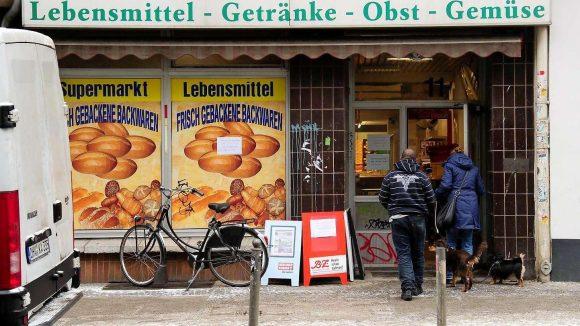 Am Rosenthaler Platz muss der letzte Lebensmittelmarkt der bei Touristen beliebten Gegend schließen.