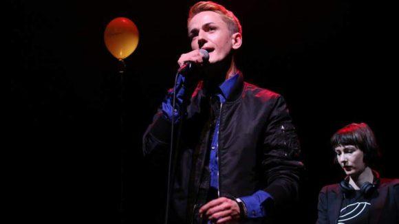 Ben Ivory sang auch schon bei Fashion Shows von Kilian Kerner. Hinter ihm zu sehen: DJane Eva B.