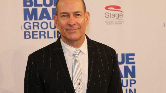 """Er macht's möglich: einer der drei Gründer der """"Blue Man Group"""" Phil Stanton."""