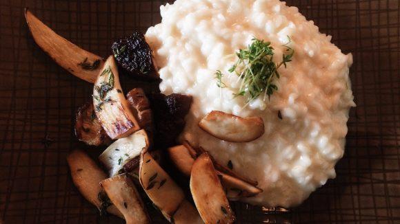 In der Gaststätte am Ufer in Kreuzberg gibt's beim Mittagsmenü zum Beispiel Pilzrisotto mit kleinem Salat für 7,50 Euro.