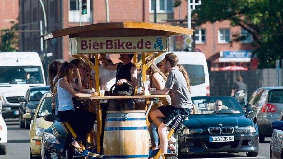 Wenn Autofahrer warten müssen, weil ein paar Hansel auf der Straße Party machen: Ein Bierbike fährt durch die Straßen von Berlin Mitte.