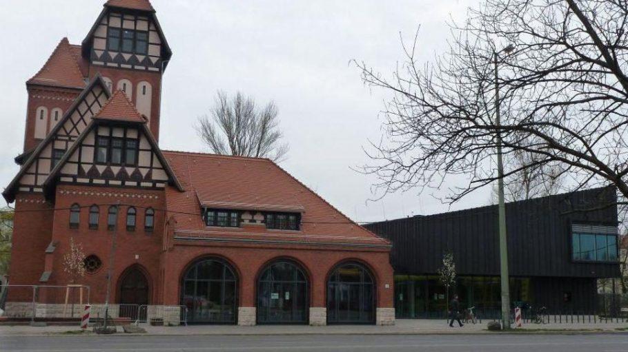 Ensemble aus Alt und Neu; die neue Mittelpunktbibliothek ist im hölzernen Anbau der Alten Feuerwache zu finden, die selbst saniert wurde und nun Verwaltungsräume und einen Veranstaltungsraum beherbergt.
