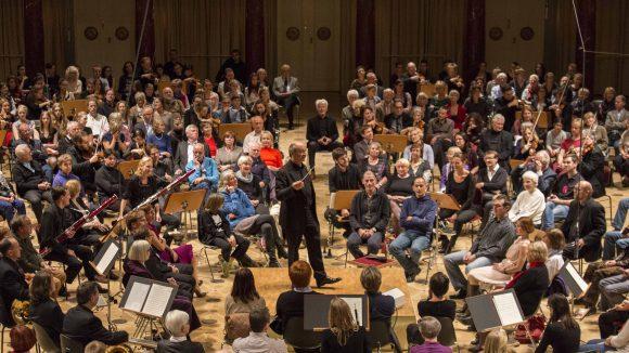 Hier sieht man, welchen Herausforderungen sich der Dirigent stellen muss, wenn das Publikum plötzlich in der Mitte sitzt.
