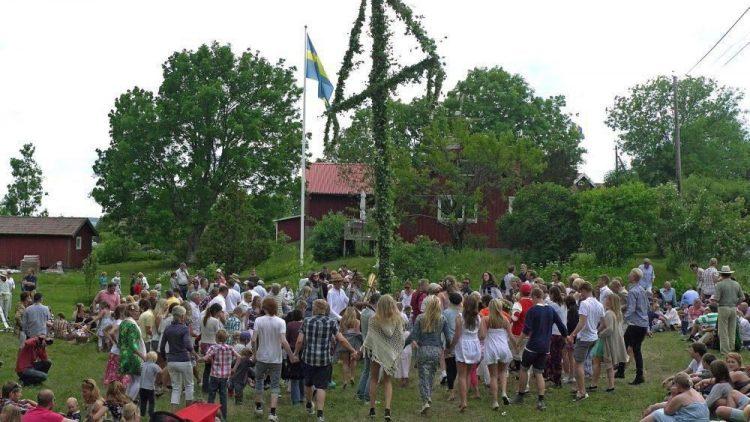 So sieht ein Mittsommerfest original in Schweden aus.