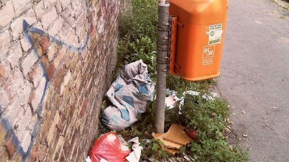 Warum auch den Müll in den Eimer werfen, wenn außenrum genug Platz ist?