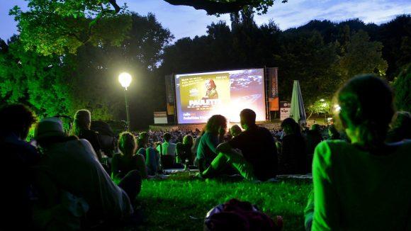 """Filme unter freiem Himmel genießen - das """"Mobile Kino"""" machts möglich."""