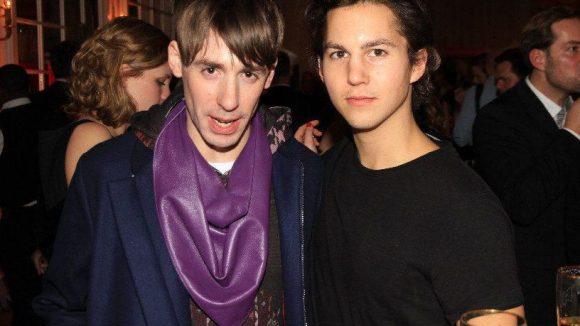 """Modedesigner Kilian Kerner (links) mit Schauspieler Tim Oliver Schultz (""""Die Vampirschwestern 2"""")."""