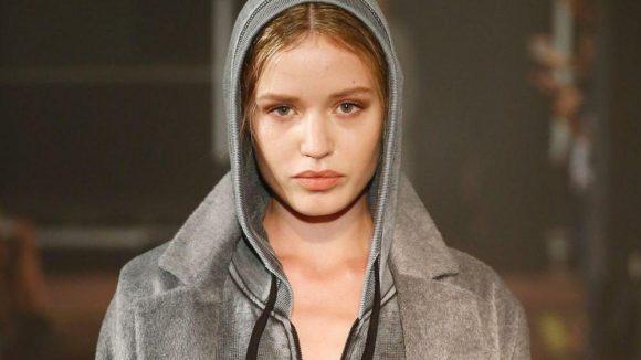 Hier ist das britische Topmodel, das als Kate Moss-Nachfolgerin gehandelt wird, bei der Arbeit ...