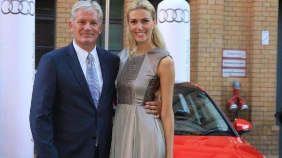 Model Jackie Hide ließ sich mit dem Audi Vertriebschef Region Ost Alexander Schuhmacher ablichten.