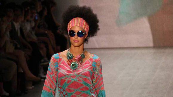 Ein paar Highlights des letzten Fashion Week-Tages wollen wir euch auch nicht vorenthalten. FürMiranda Konstantinidou lief Rebecca Mir über den Laufsteg.