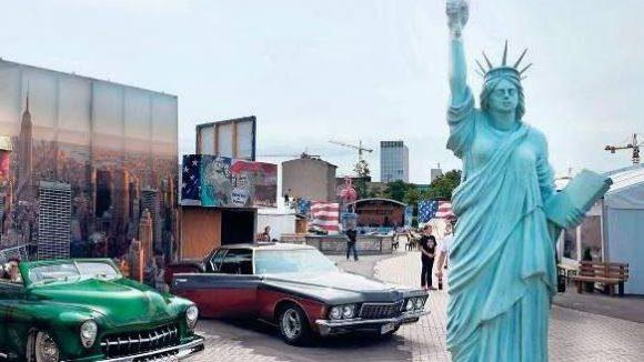 Geht auch billiger. Zumindest um die Freiheitsstatue zu sehen, braucht man heutzutage nicht mehr nach New York zu fliegen. Eine Kopie gab's kürzlich beim Deutsch-Amerikanischen Volksfest an der Heidestraße in Mitte.