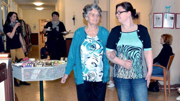 Eine Bewohnerin des Altenheims am Schäfersee präsentiert adrett gekleidet die farbenfrohe Mode.