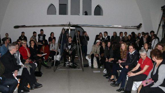 Witziges Detail: In der Galerie war noch ein Helikopter aus der laufenden Ausstellung zu begutachten.