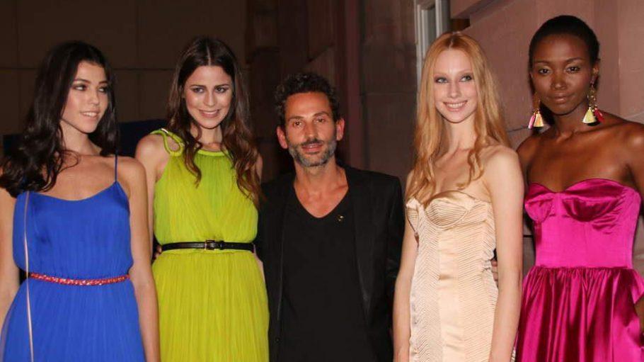 """Unsere Bilderstrecke beginnt mit dem glücklichen Gewinner des Abends: Designer Dimitri Panagiotopoulos (hier umgeben von seinen Models) durfte sich über die """"Goldene Nase"""" für sein Label Dimitri freuen."""