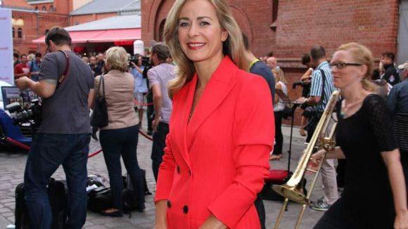 """Und zum Schluss noch was Farbenfrohes: Moderatorin Bettina Cramer (""""Blitz"""")."""