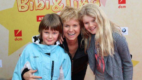 Moderatorin Carola Ferstlmit ihren KindernGeorg und Lilly.