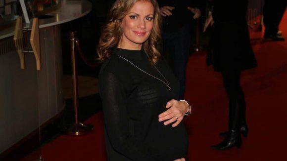 Zeigt stolz ihre süße Babykugel: Moderatorin Kerstin Linnartz ist im fünften Monat.