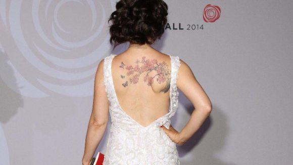 ... und wegen ihres thematisch so passenden Tattoos auch gleich nochmal von hinten.
