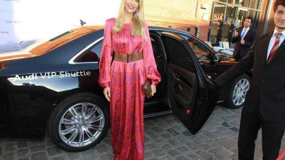 Strahlend schön: Moderatorin Tanja Bülter in einem Kleid des Berliner Designerlabels SLY 010.
