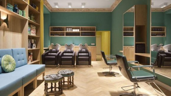 Ein Friseur zum Wohlfühlen: Das Wohnzimmer-Ambiente trägt dazu sicher einen entscheidenden Teil bei.