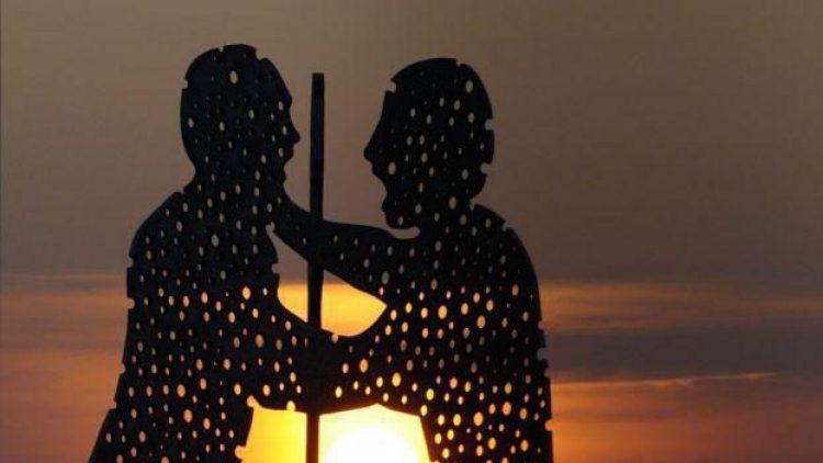 Die Molecule Man Skulptur steht seit 1999 als Wahrzeichen für den Schnittpunkt der Stadtteile Kreuzberg, Friedrichshain und Treptow inmitten der Spree.