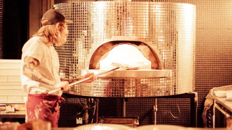 Bei dem Disko-Ofen im Monella kriegt man gleich doppelt Lust auf Pizza.