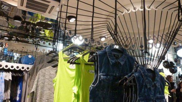 """Im Sommer ziemlich """"in"""": Shirts in Neonfarben (ab 10 Euro) und Jeanswesten (ca. 30 Euro)."""