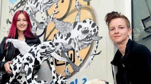 Sei ein Frosch. Nicole Mieth (li.) und Juliane Halsinger mit ihrem neuesten Werk vor einem Haus in der Dirschauer Straße in Friedrichshain.