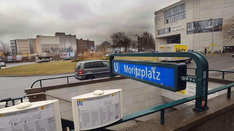Der graue Moritzplatz mit dem Aufbau-Haus im Hintergrund.