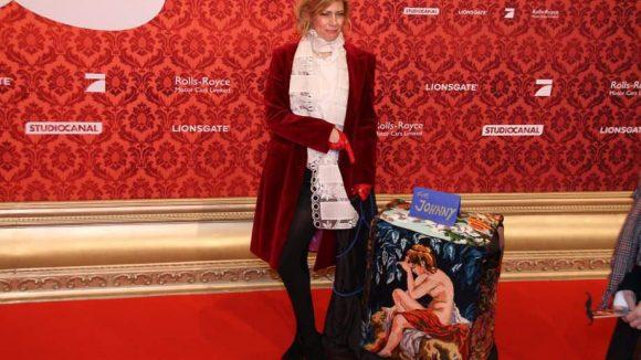 """Designerin Gabi Becker (""""Cubelin"""") schmuggelte eines ihrer künstlerisch gestalteten Sitzkissen auf den roten Teppich und wurde daraufhin von selbigem verwiesen."""