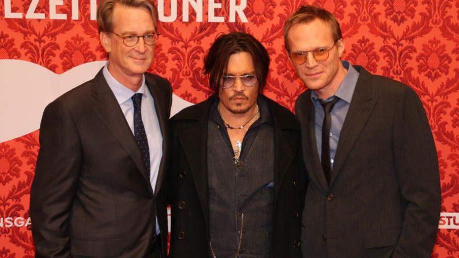 """Filmstar und """"Mortdecai""""-Hauptdarsteller Johnny Depp zwischen seinen 'Partners in crime"""", Regisseur David Koepp (l.) und Co-Star Paul Bettany ..."""